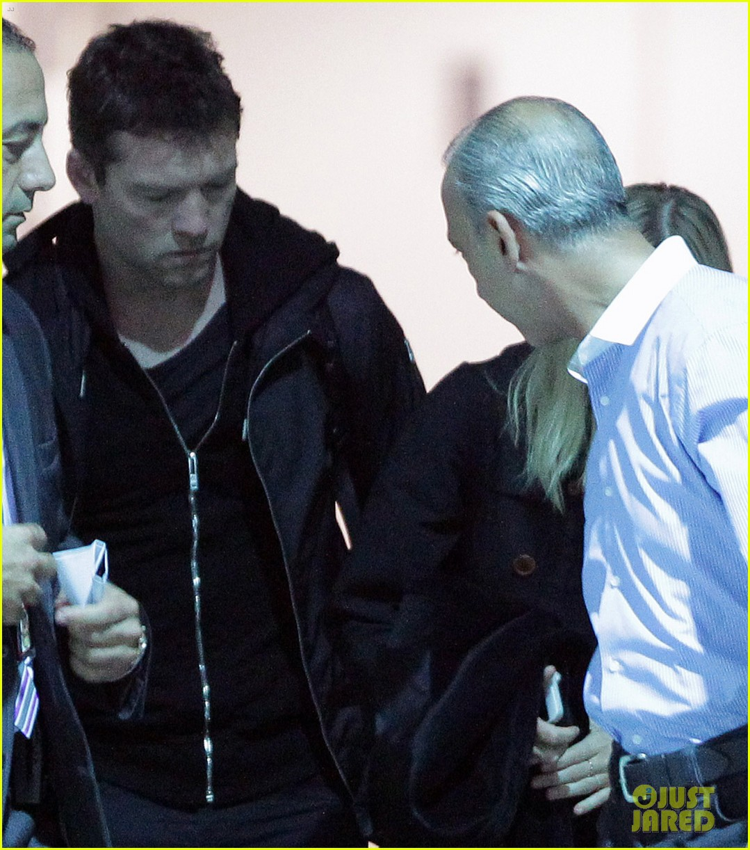 sam worthington arrives at sydney airport with lara bingle 05