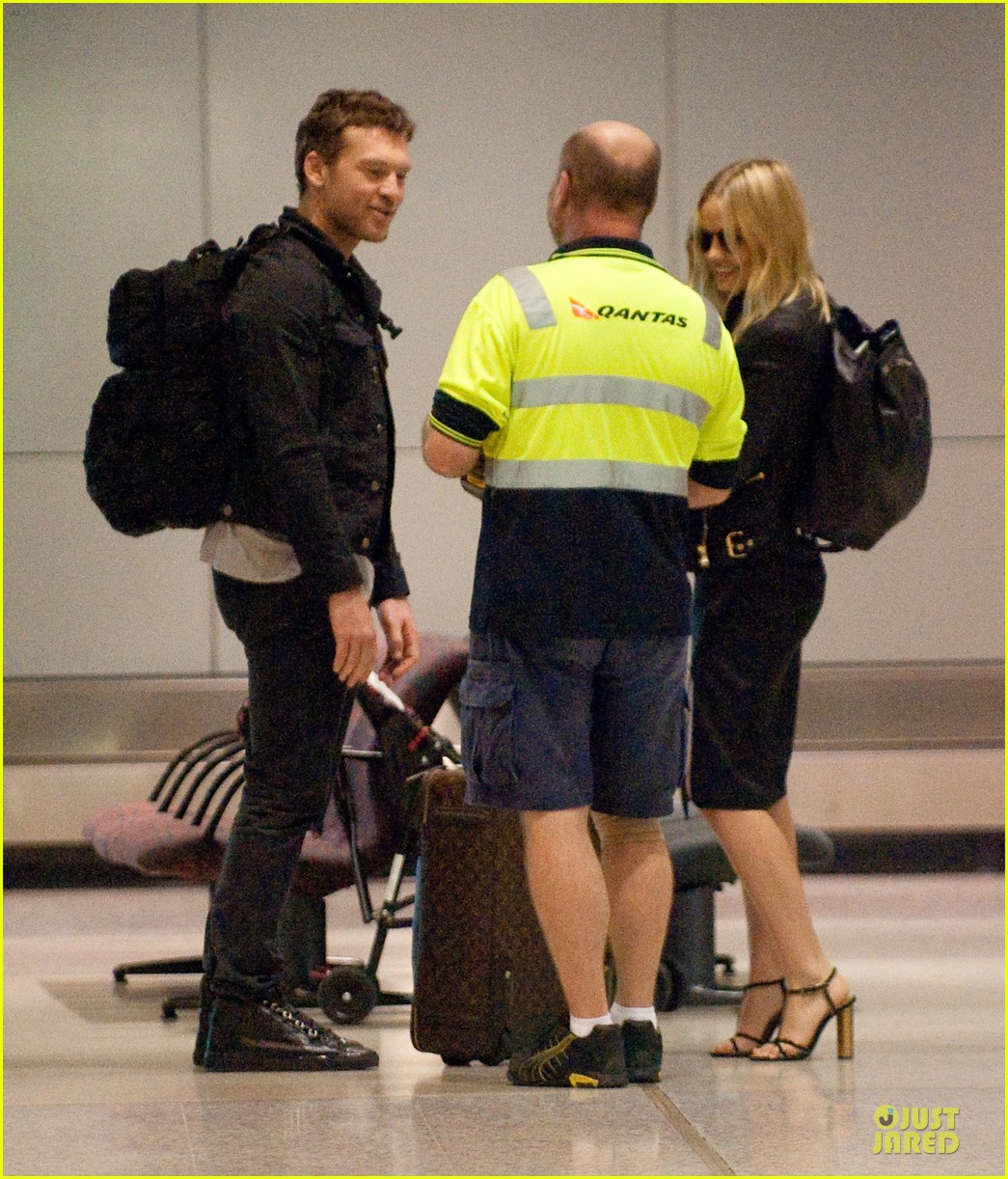 sam worthington lara bingle sydney airport departure 01