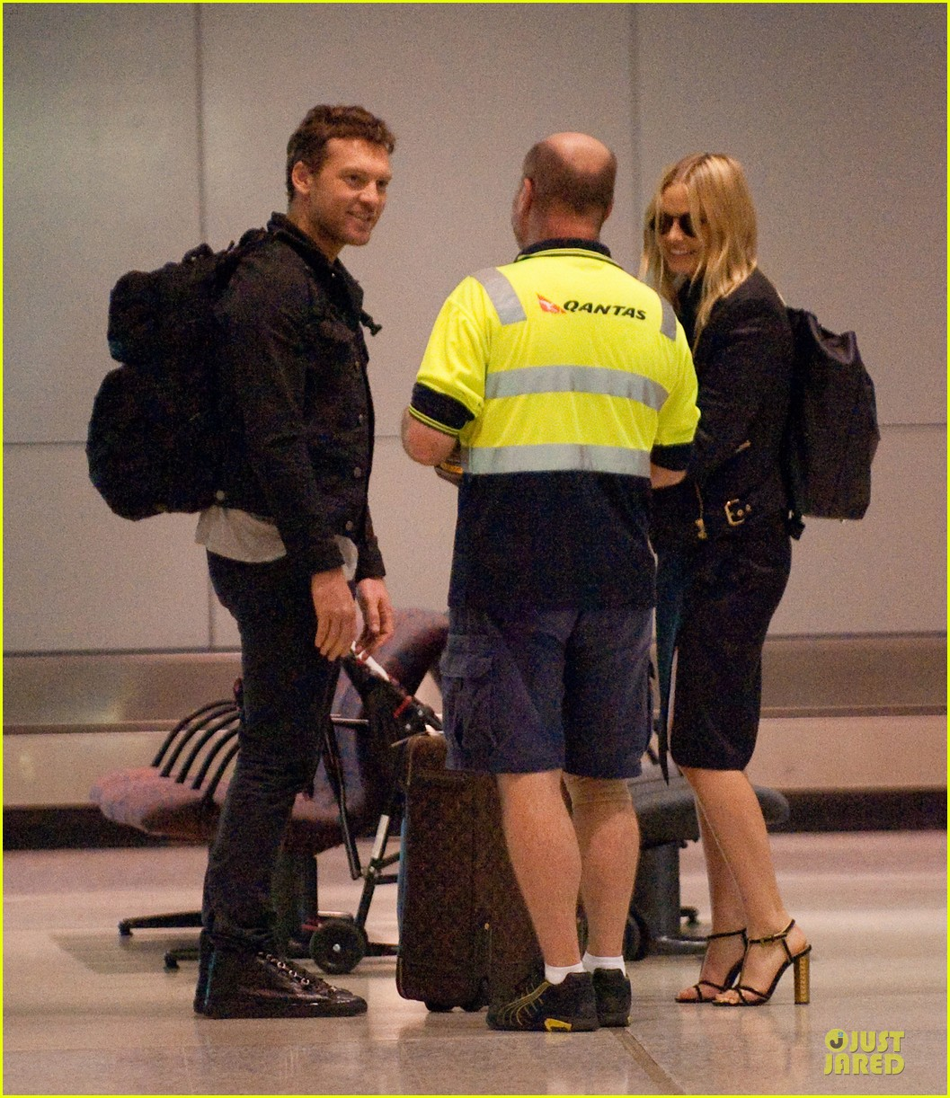 sam worthington lara bingle sydney airport departure 04