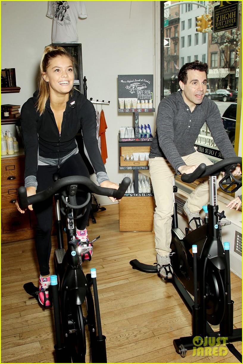 entourage jeremy piven nina agdal reunite for cycling fun 11