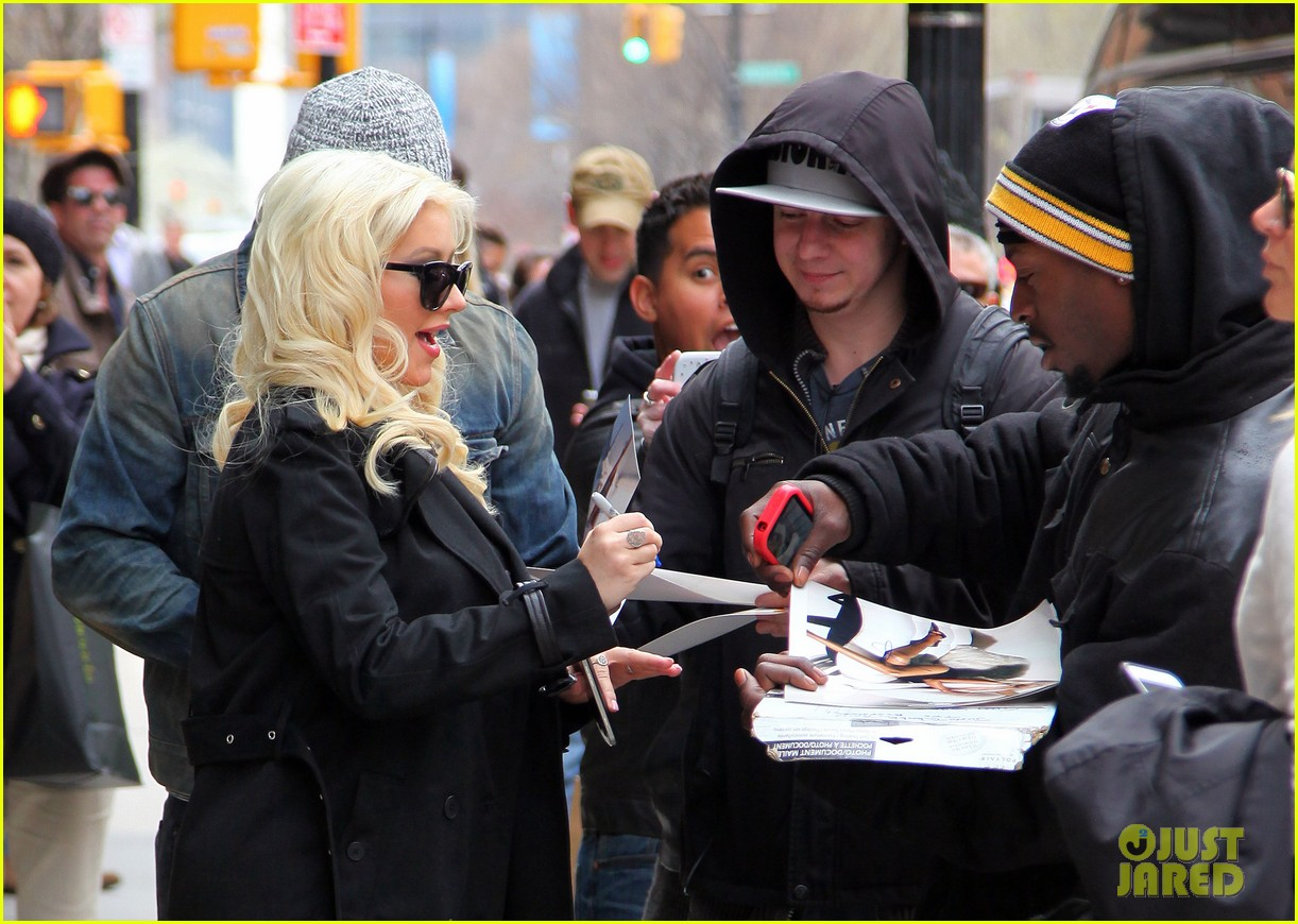 christina aguilera keeps her baby bump covered with chic black trench 04