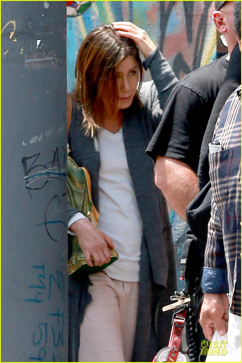 jennifer aniston hides face under a hat 18