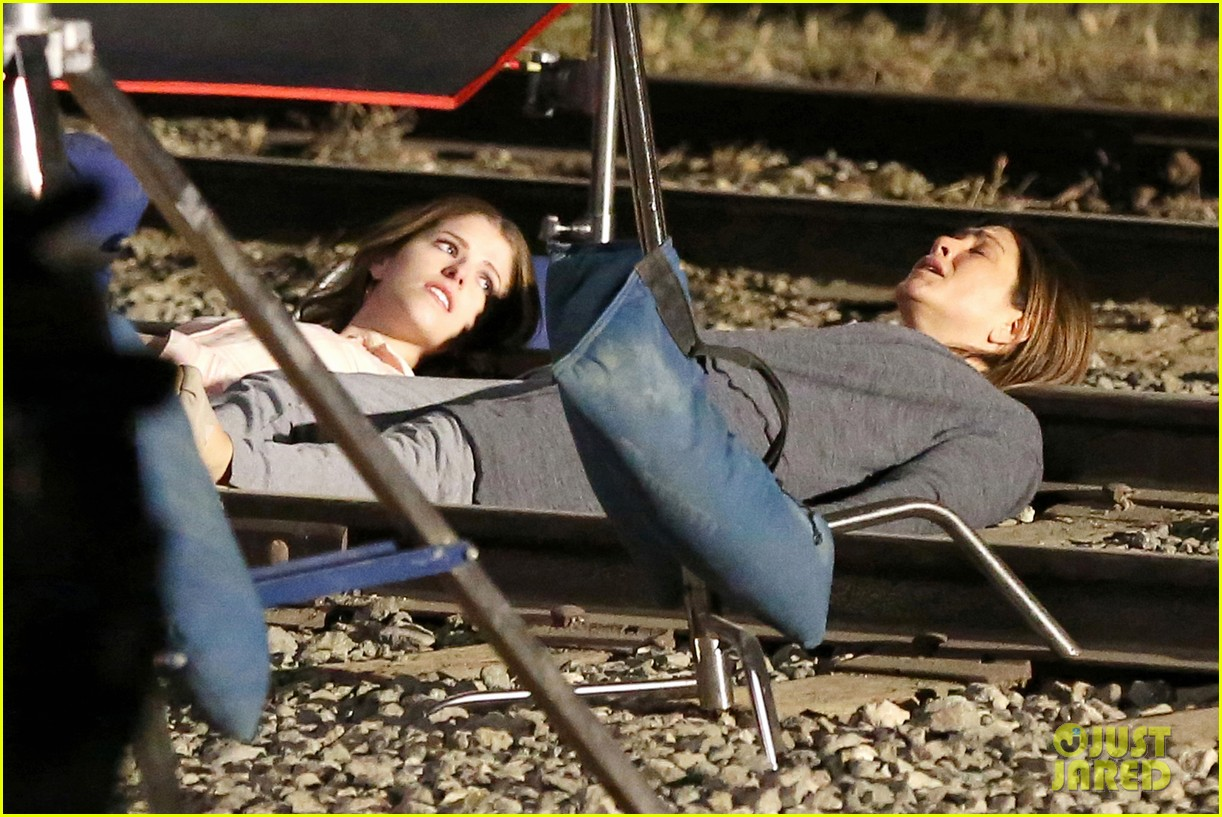 jennifer aniston anna kendrick get emotional lying on train tracks for cake 053098233