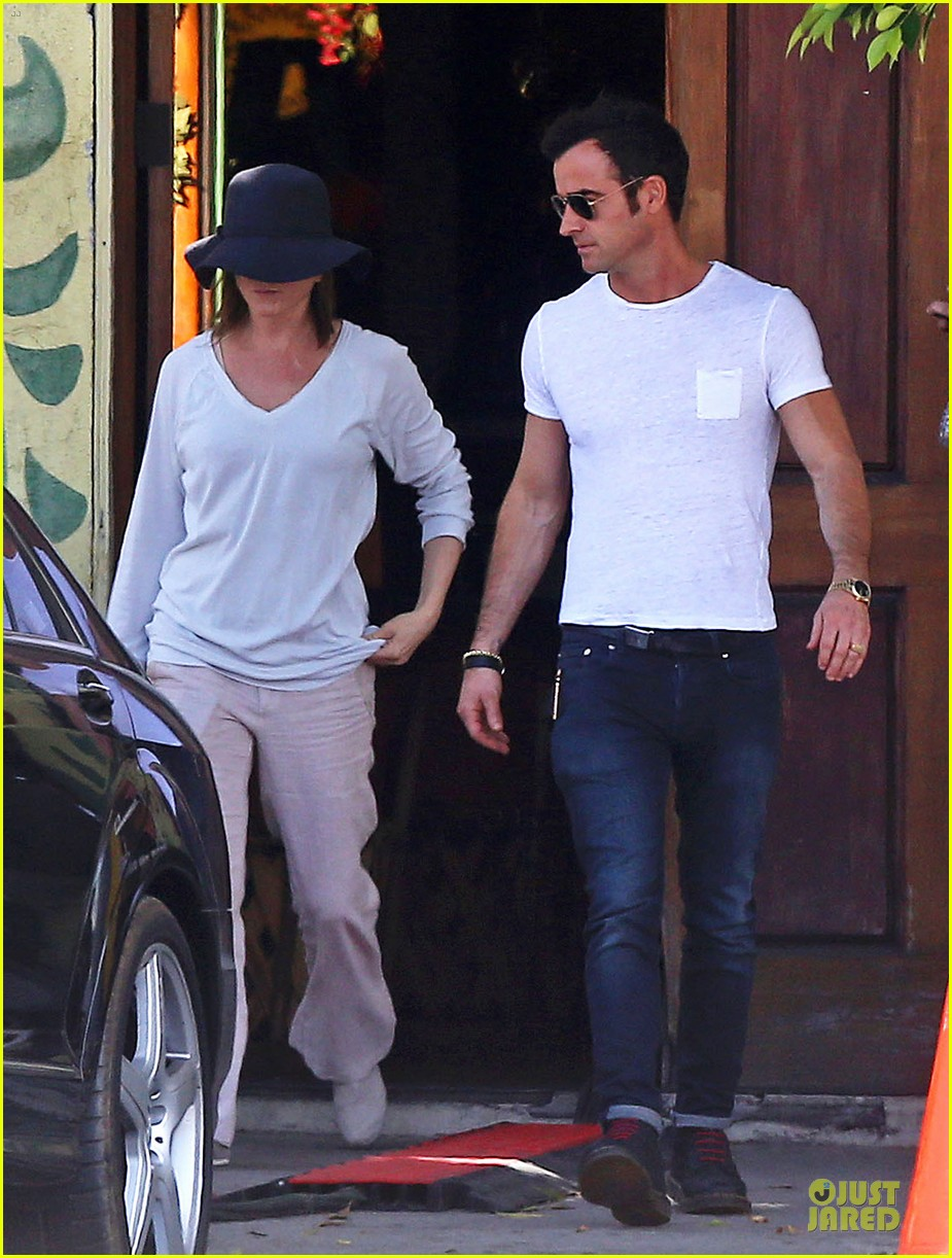 jennifer aniston trades cake for justin theroux 01