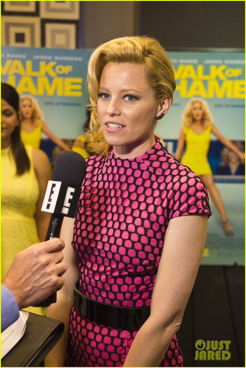 elizabeth banks attends screening for walk of shame watch the trailer now 083098080