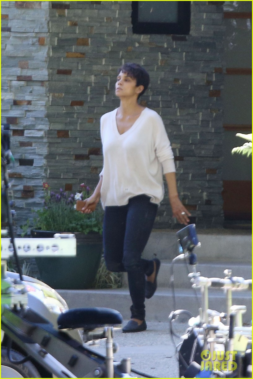 halle berry extant gains greys anatomy star 17