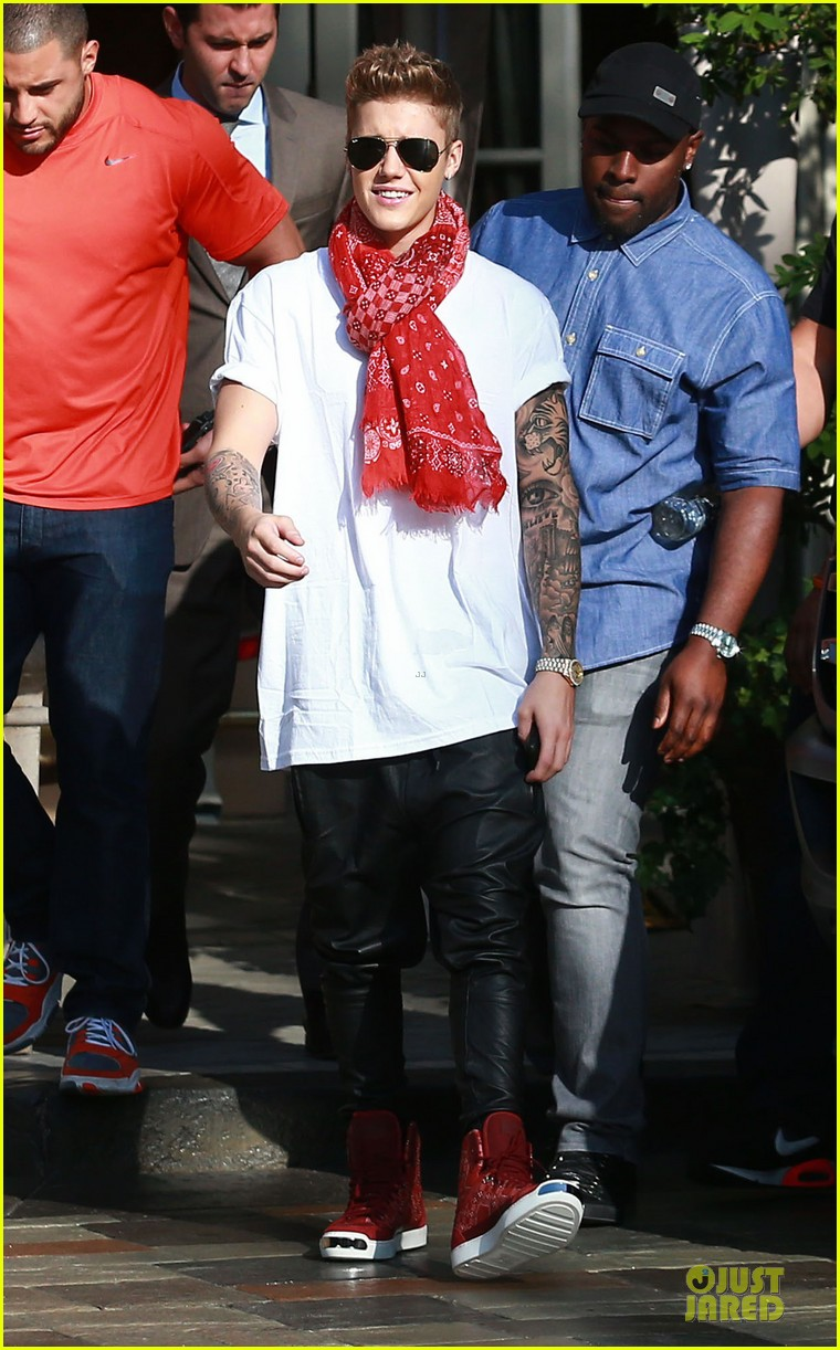 justin bieber gratitude to fans in beverly hills 03