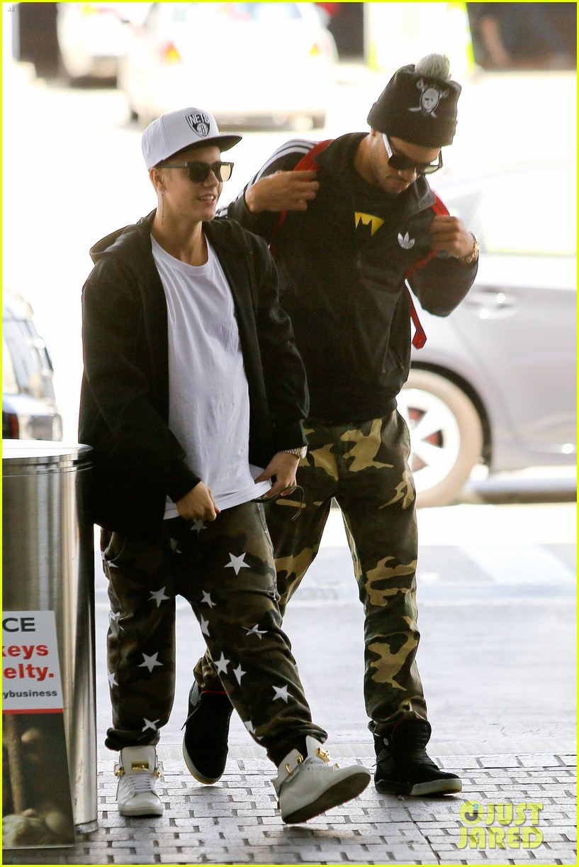justin bieber pants slide down low airport 13