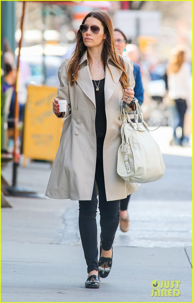 jessica biel amazed by people in pajamas at airports 07