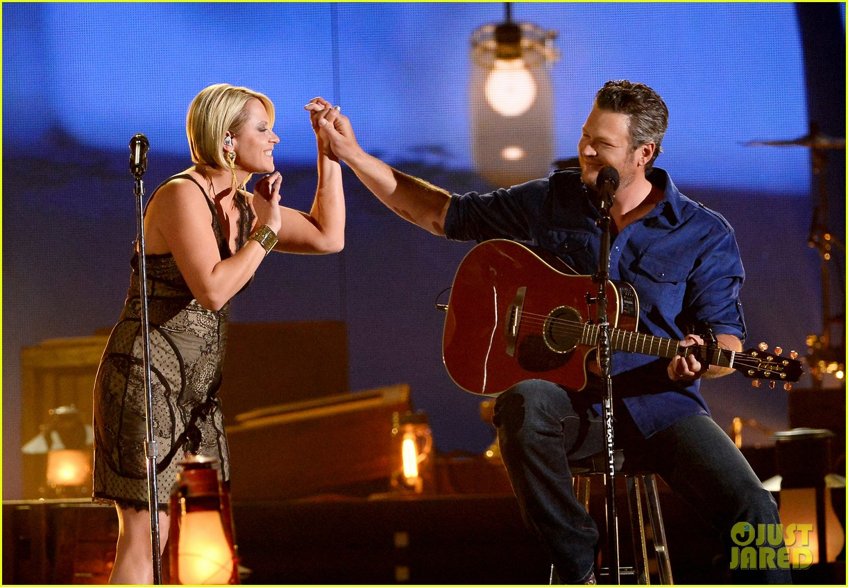 blake shelton gwen sebastian duet my eyes at acm awards 2014 01