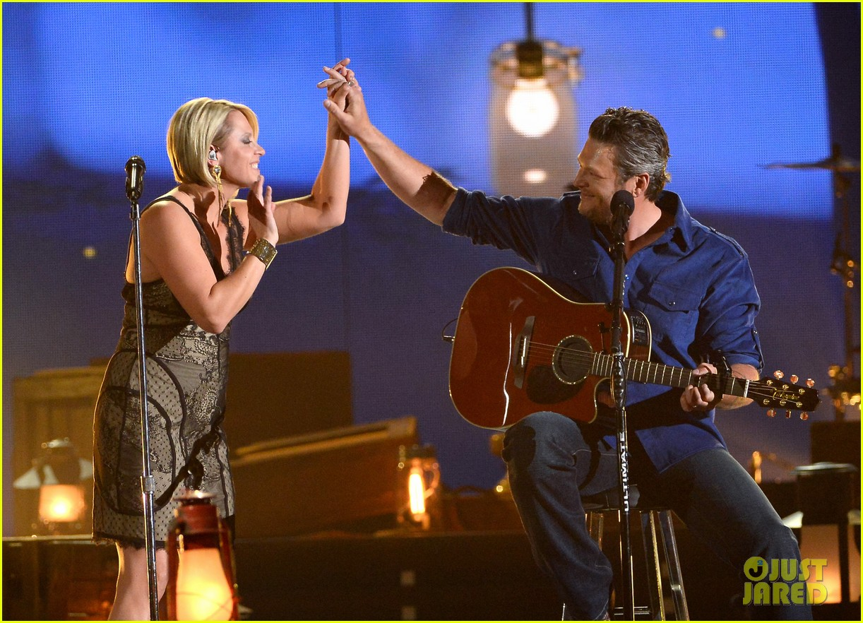 blake shelton gwen sebastian duet my eyes at acm awards 2014 05