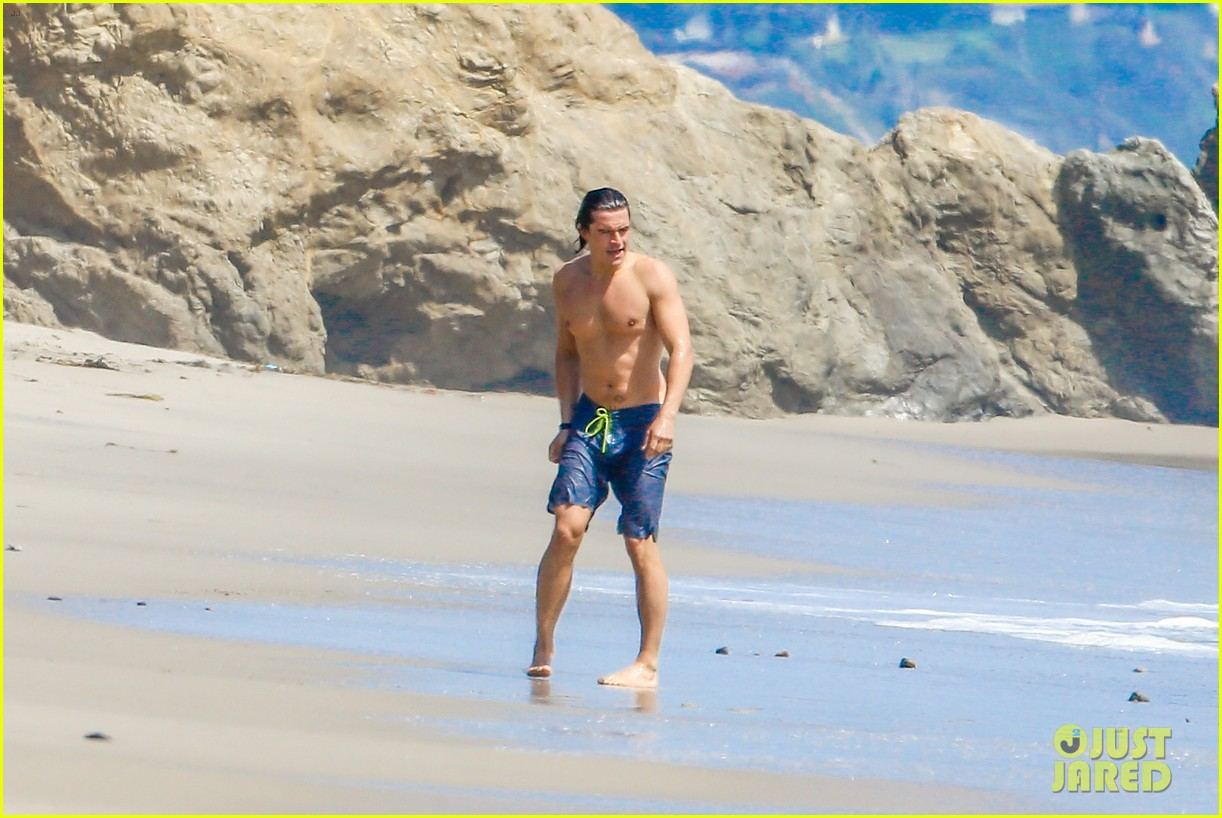 orlando bloom shirtless beach body 23