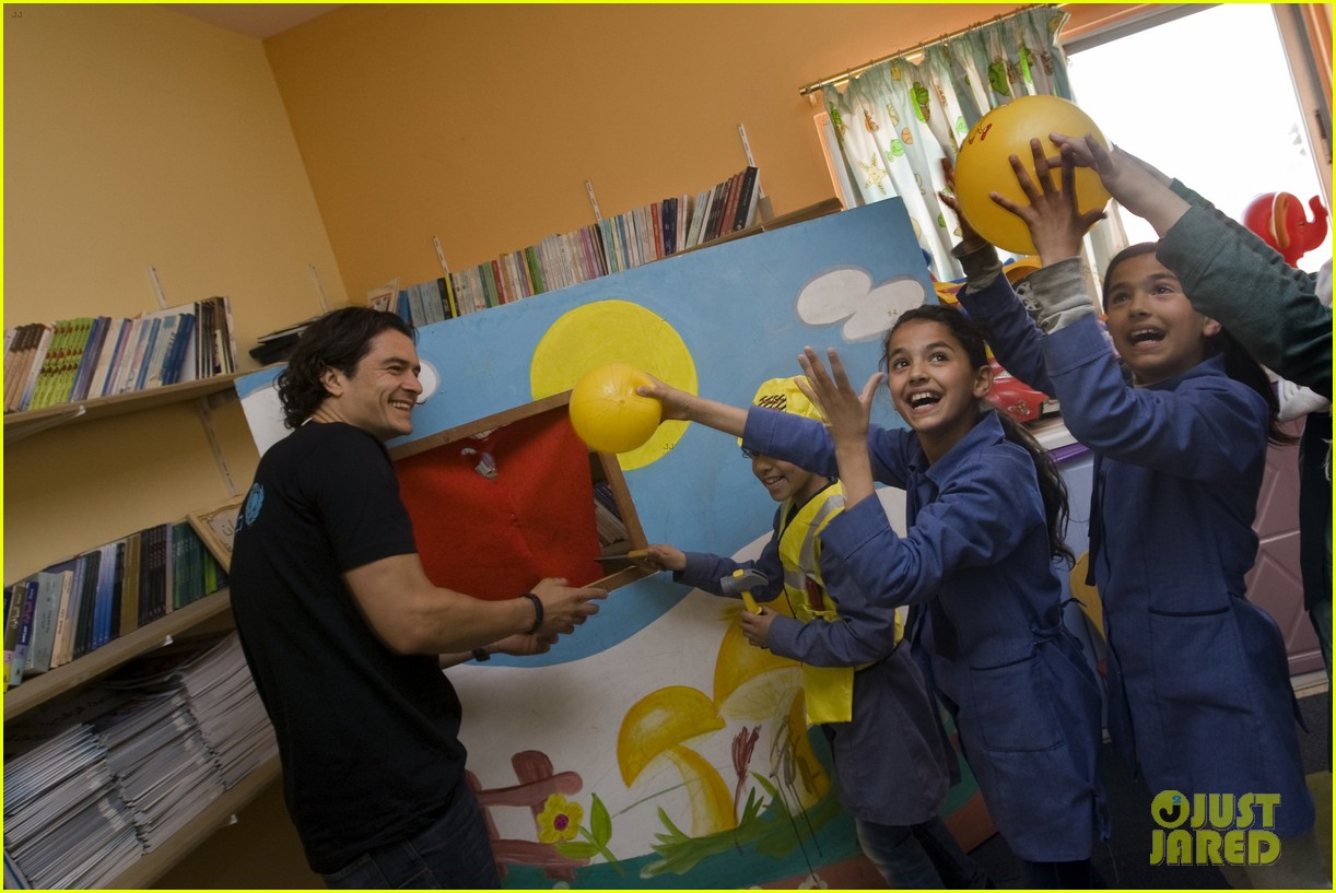 orlando bloom visits syrian refugees in jordan 09