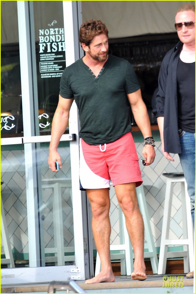 gerard butler barefoot confidence at bondi beach 033083735