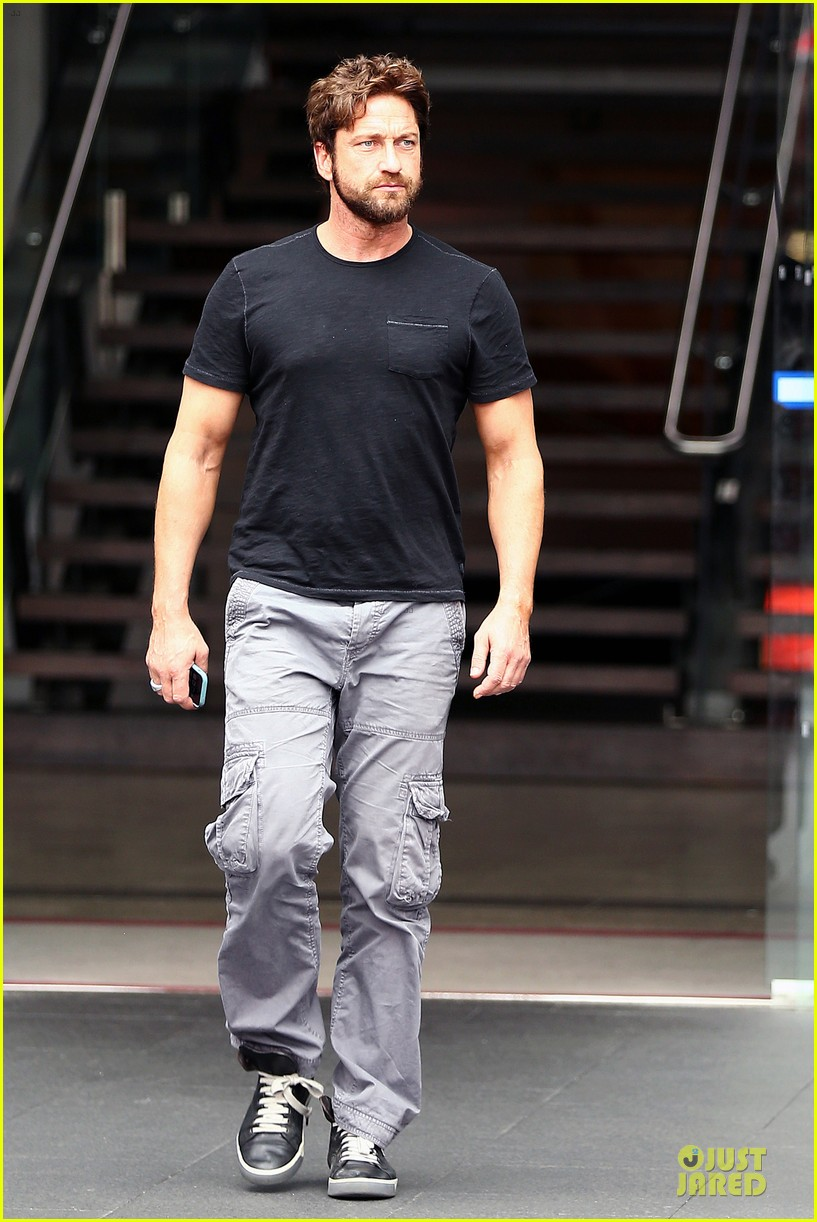 gerard butler oozes sex appeal with tight tee 033087147