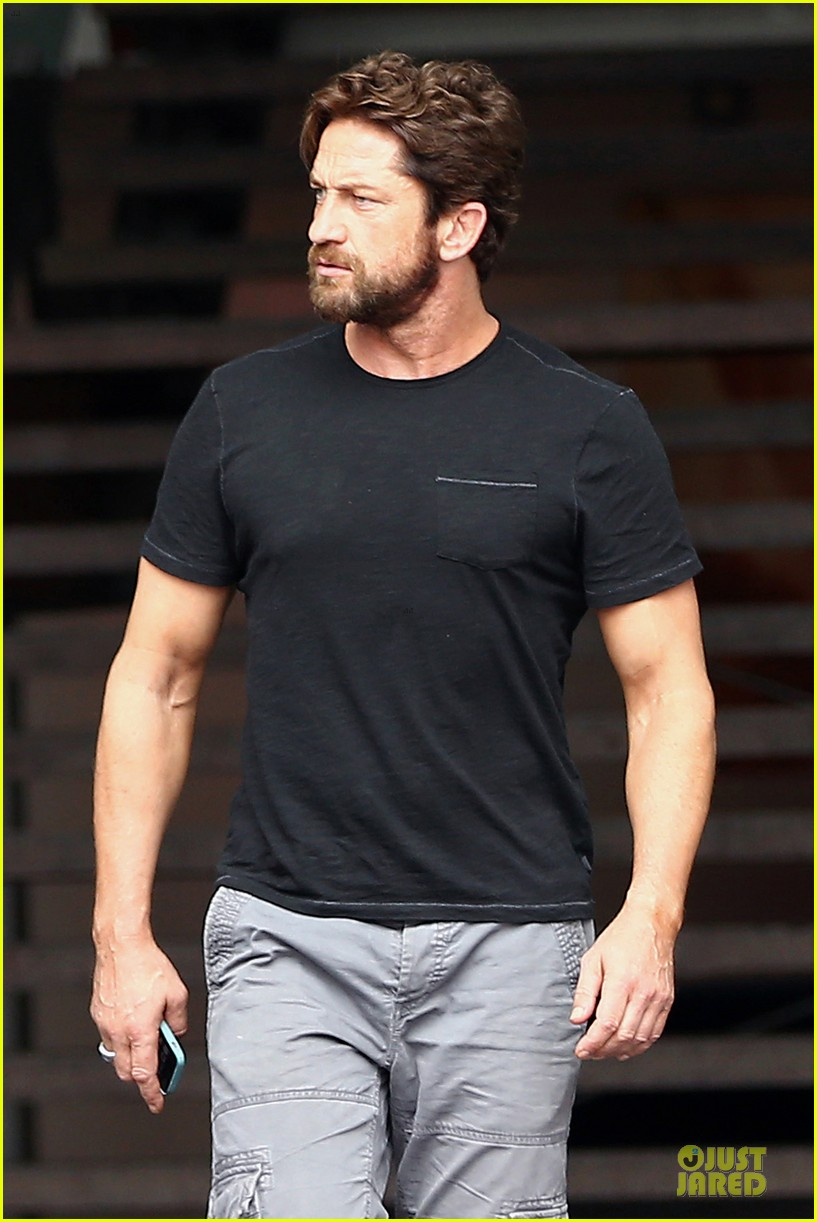 gerard butler oozes sex appeal with tight tee 04