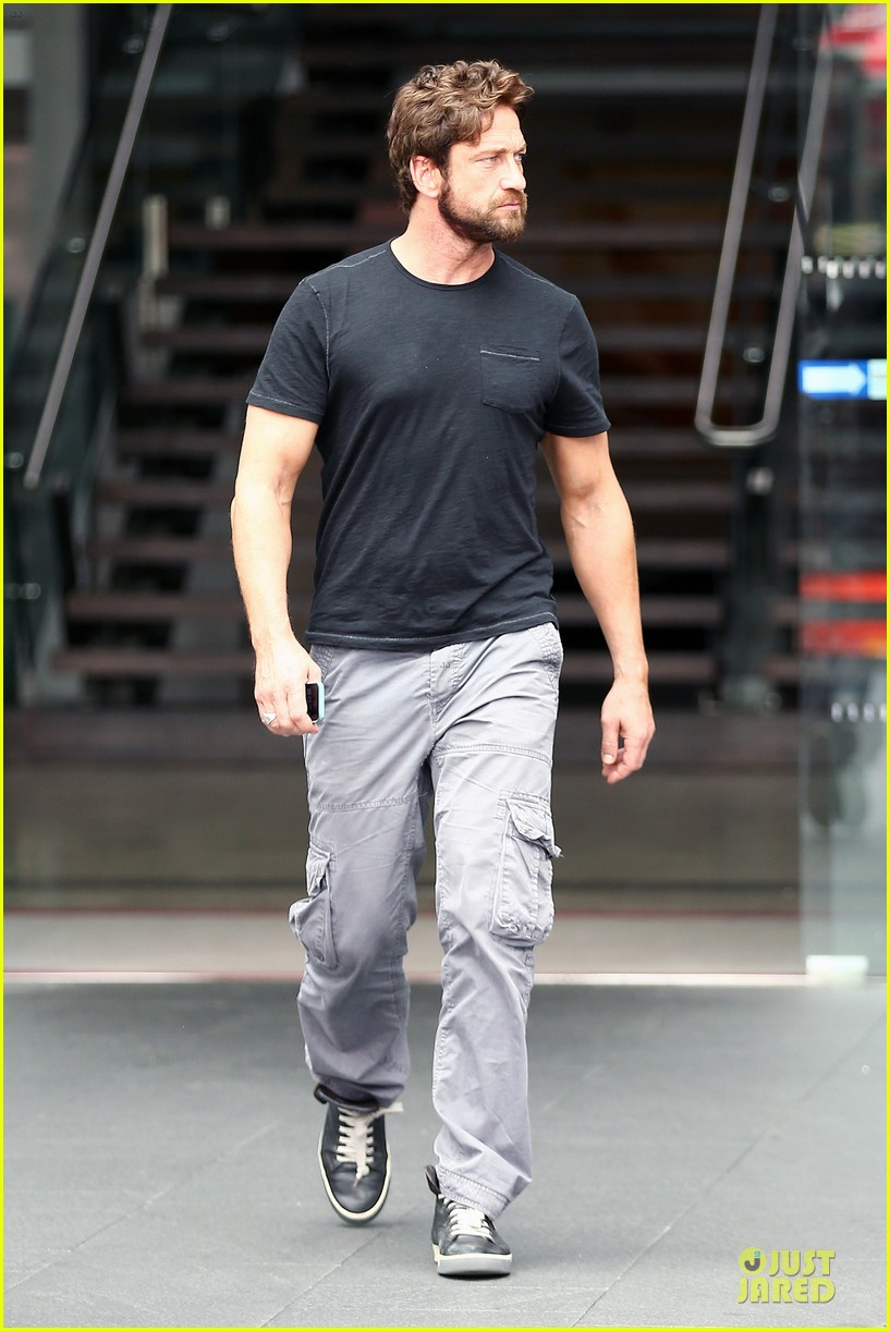 gerard butler oozes sex appeal with tight tee 06