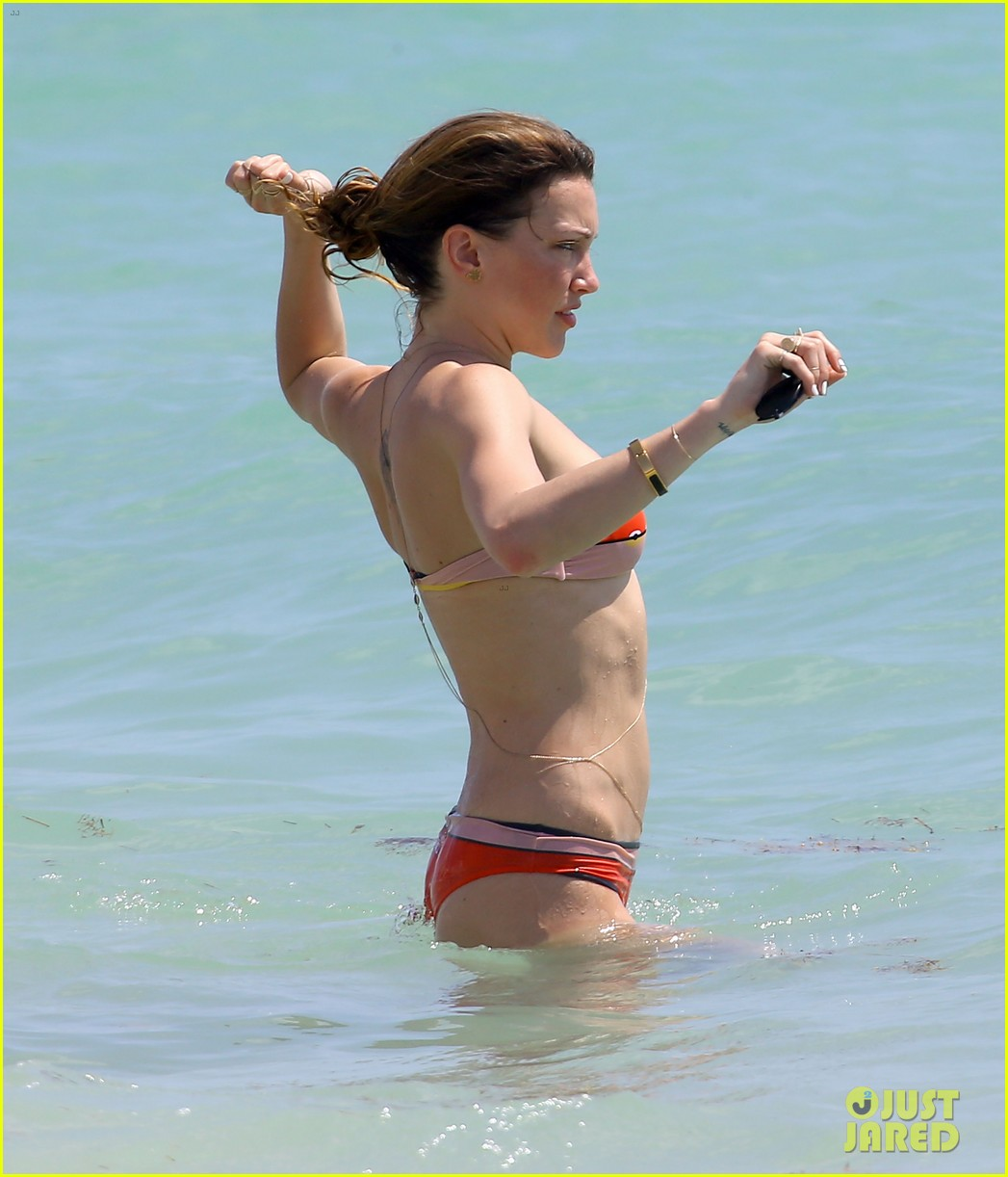arrows katie cassidy shows off amazing body in tiny bikini 023102009