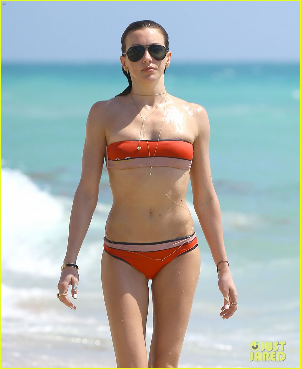 arrows katie cassidy shows off amazing body in tiny bikini 043102011