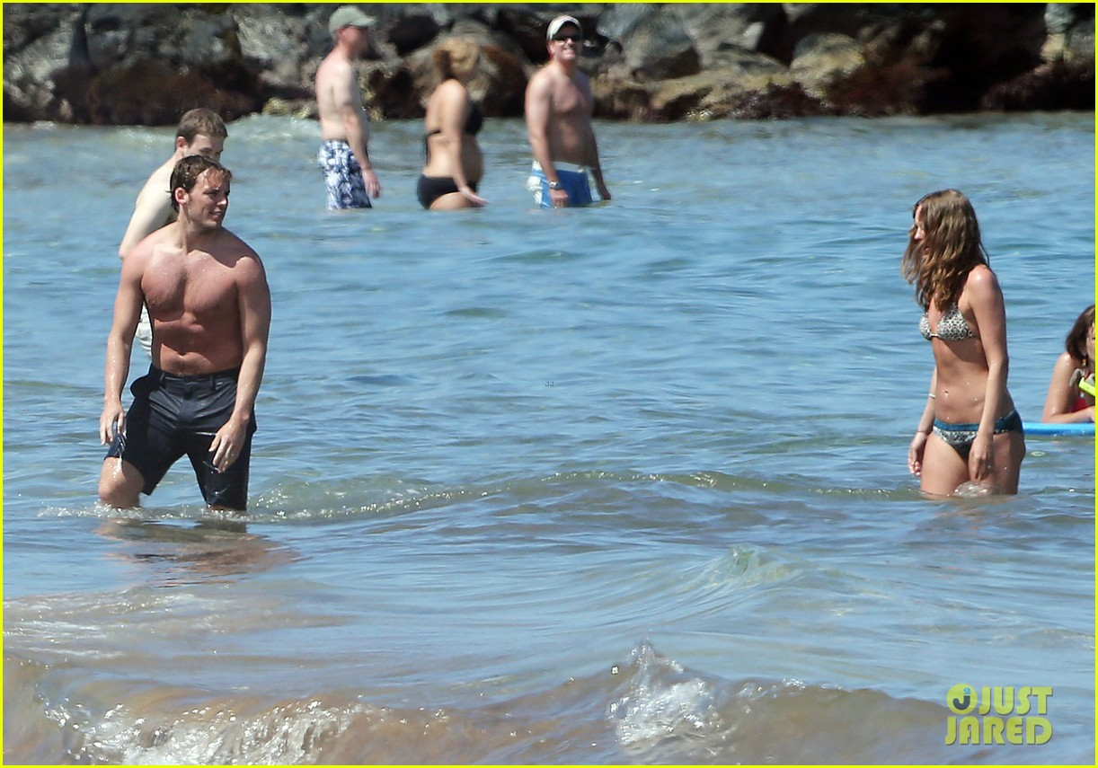 sam claflin goes shirtless again in hawaii 073101330