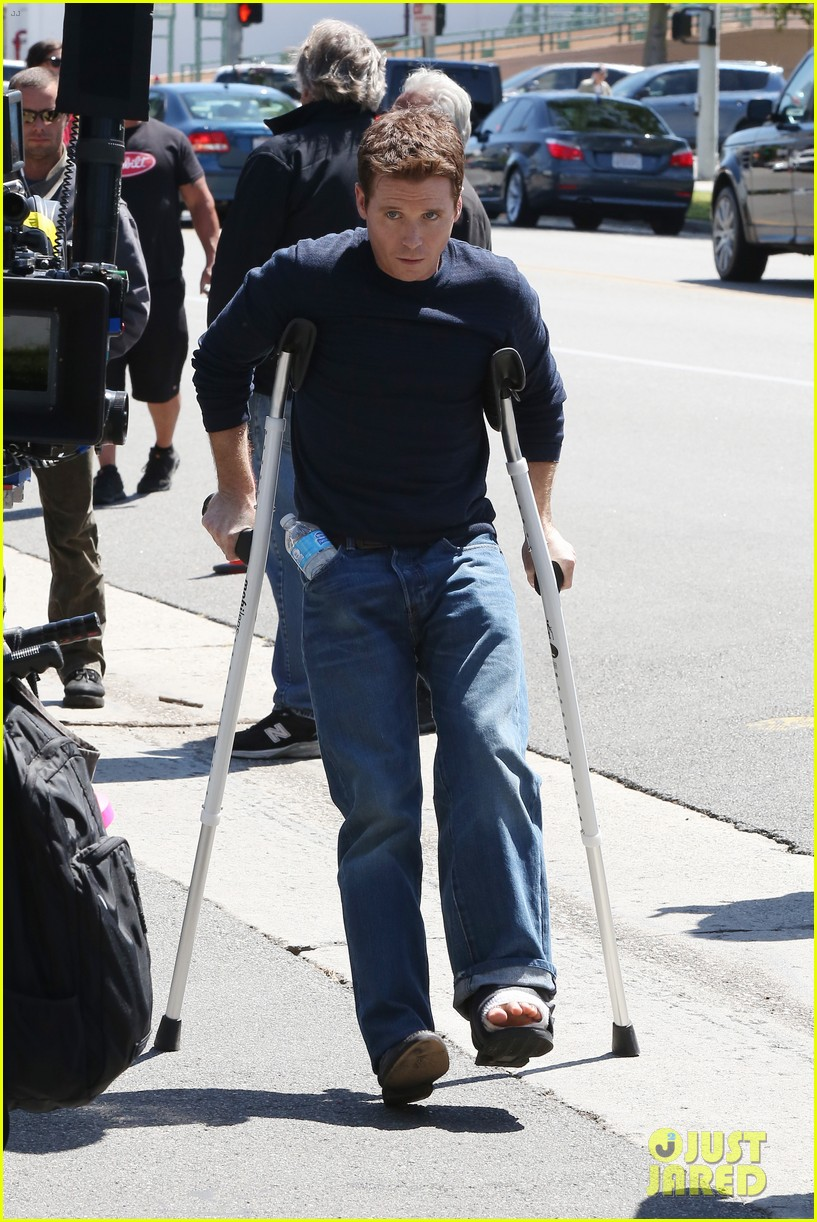 kevin connolly returns to entourage set after breaking his leg 13