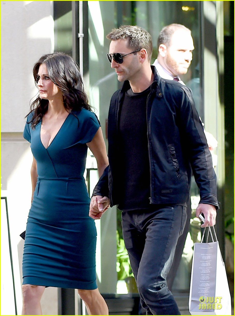 courteney cox johnny mcdaid hold hands at letterman 09