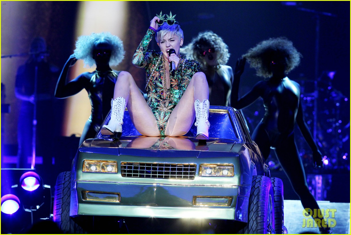 miley cyrus hits the stage despite being miserable 233084195
