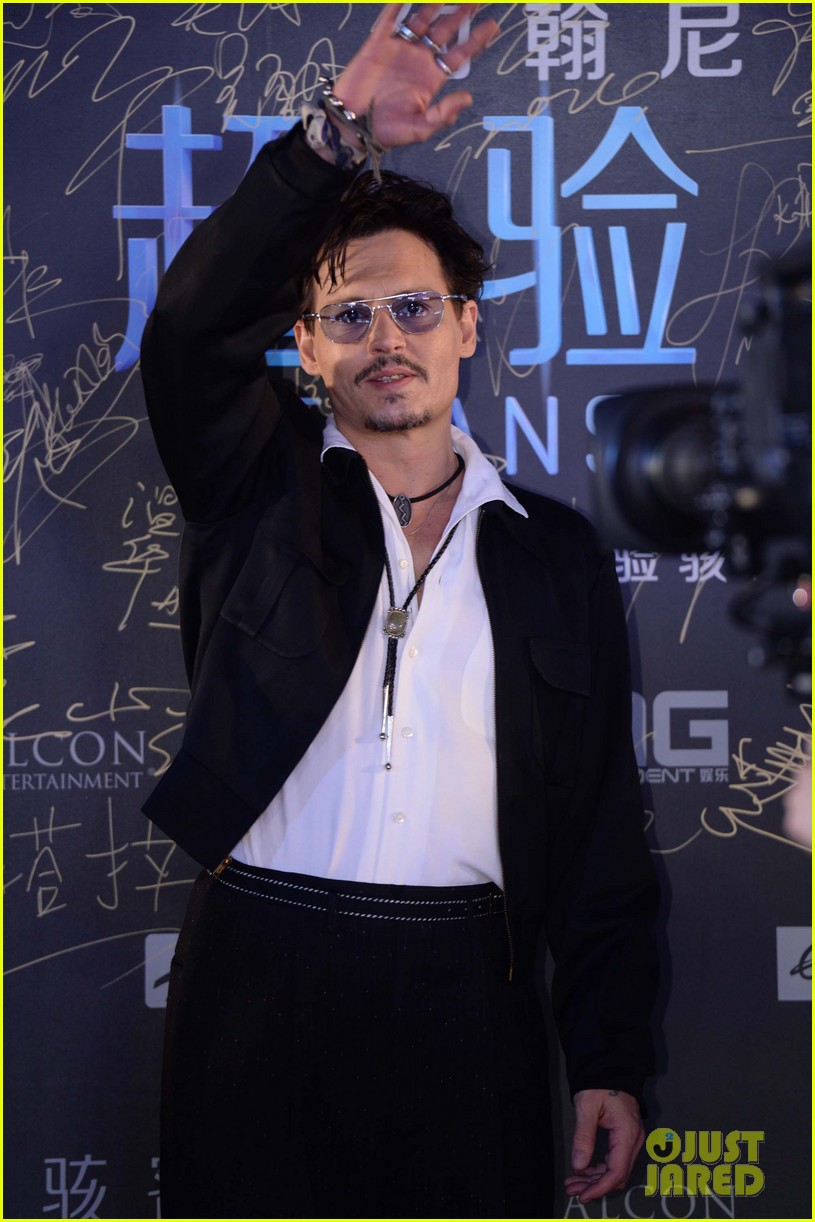 johnny depp hits the transcendence premiere 03