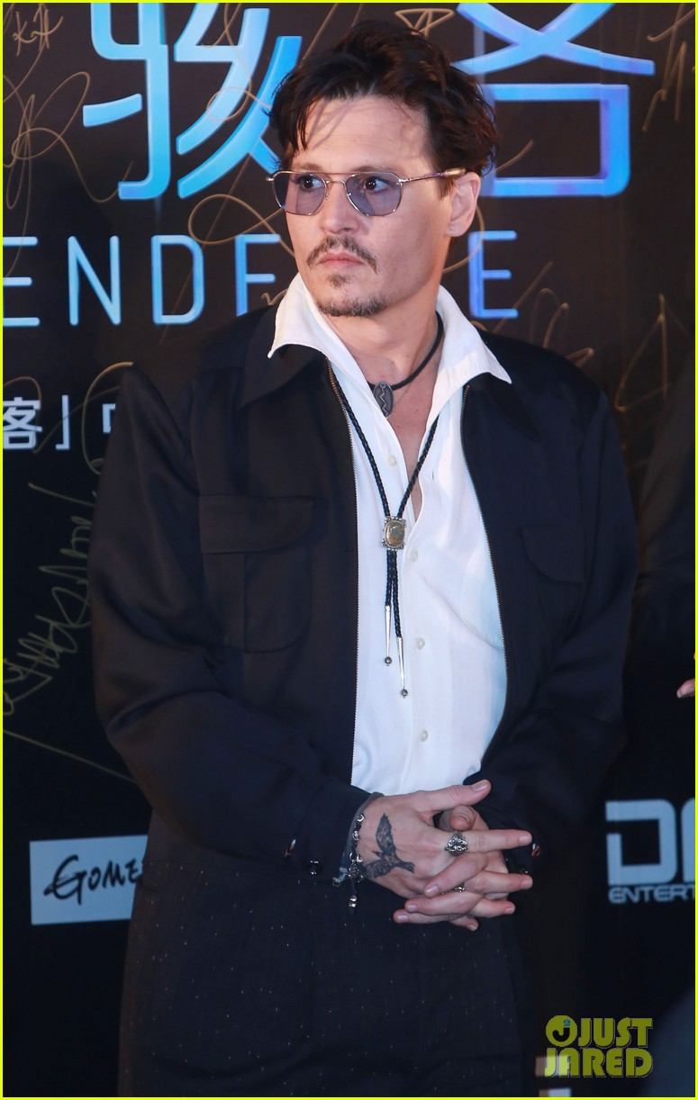 johnny depp hits the transcendence premiere 053082668