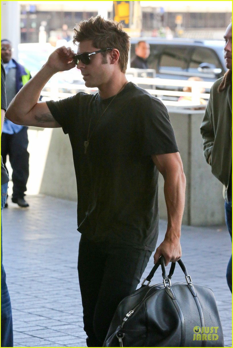 zac efron guns stop traffic at lax 023096938