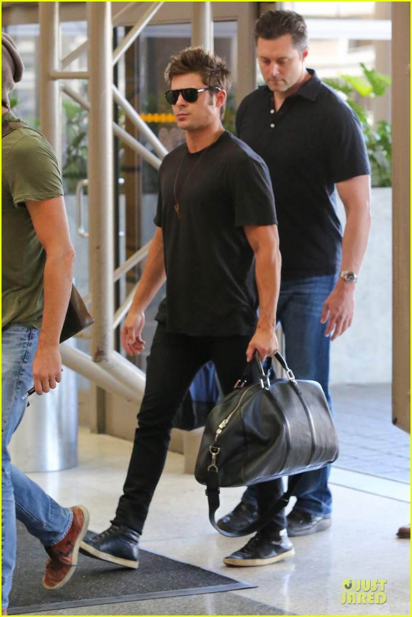zac efron guns stop traffic at lax 06