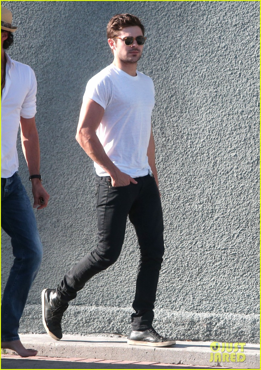 zac efron toned arms shopping guitars 01