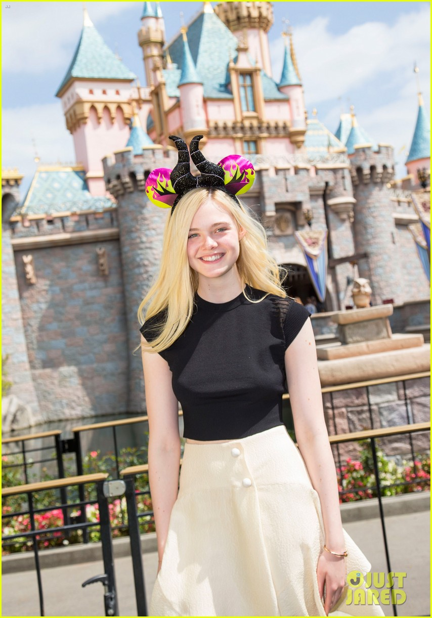 elle fanning boyfriend hold hands at disneyland 04