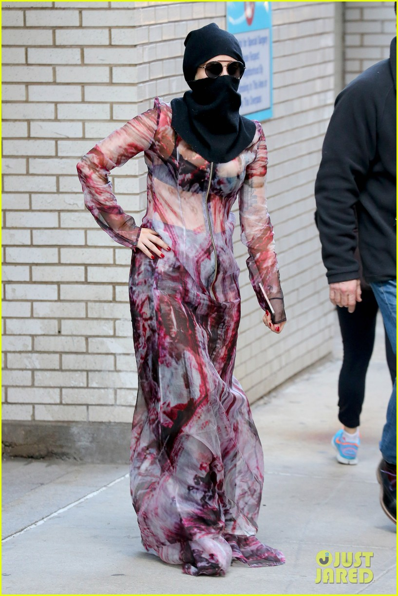 lady gaga wears burqa hospital visit 10