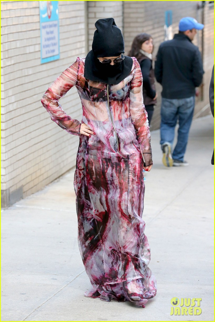 lady gaga wears burqa hospital visit 14