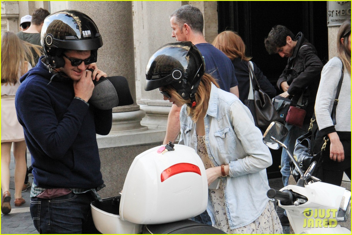andrew garfield emma stone romantic vespa ride 083090978