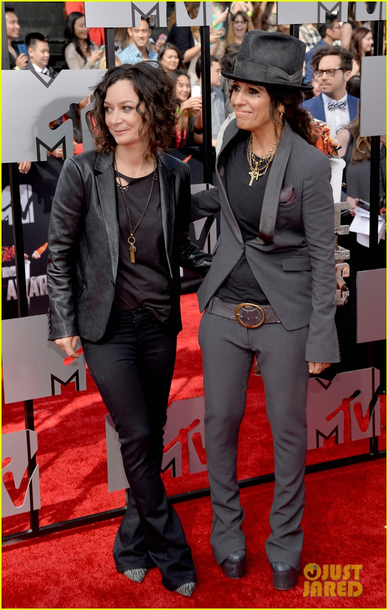 sara gilbert linda perry married couple mtv movie awards 2014 033091047