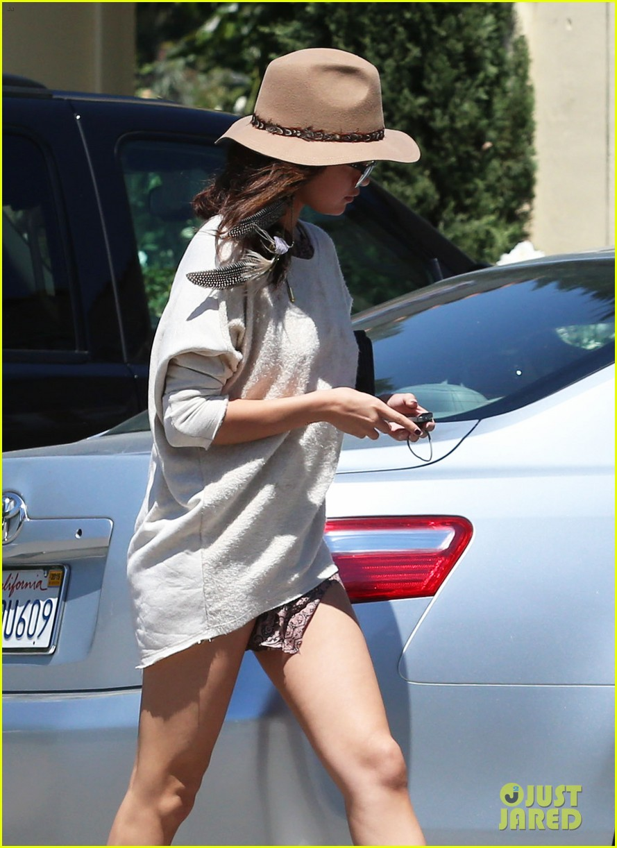 selena gomez debuts new shorter hair 093101825
