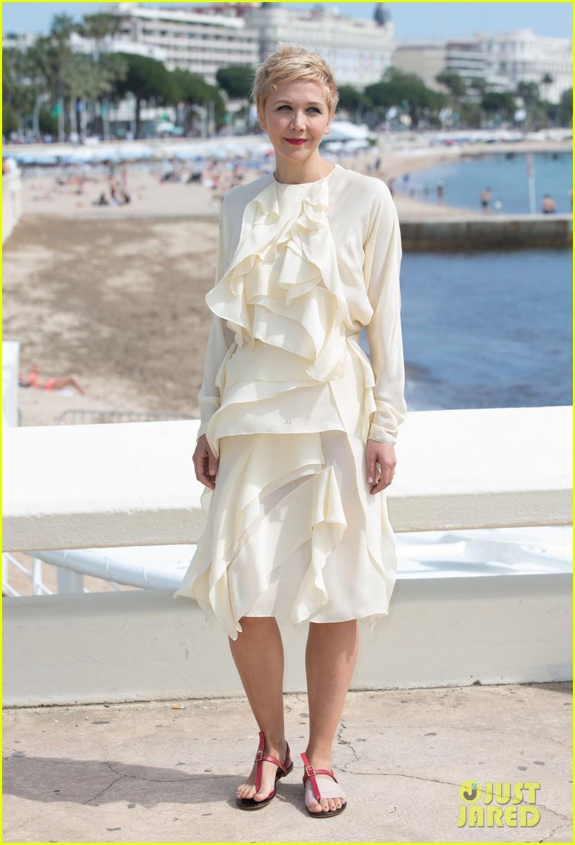 maggie gyllenhaal debuts blonde pixie cut 053086835