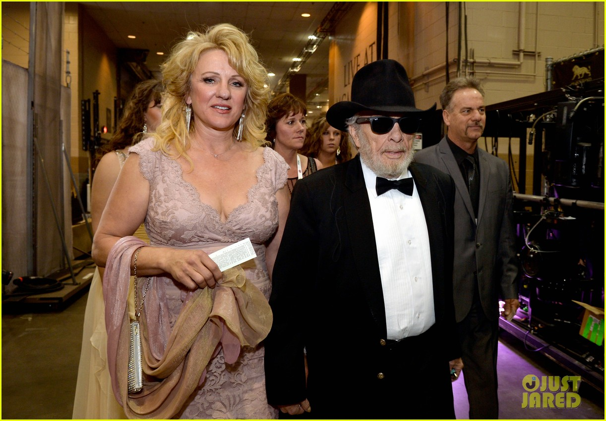 merle haggard acm awards 2014 with wife 04