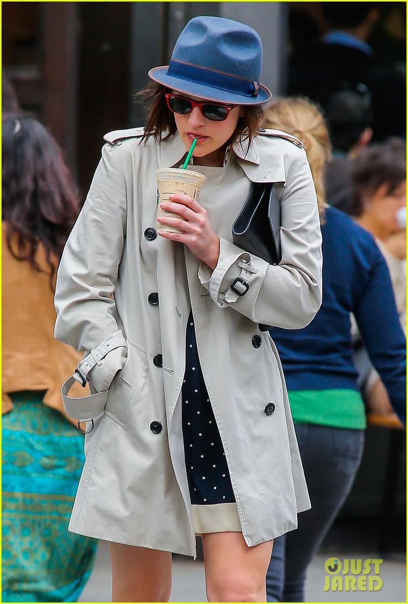 pals co stars jon hamm elisabeth moss grab coffee 15