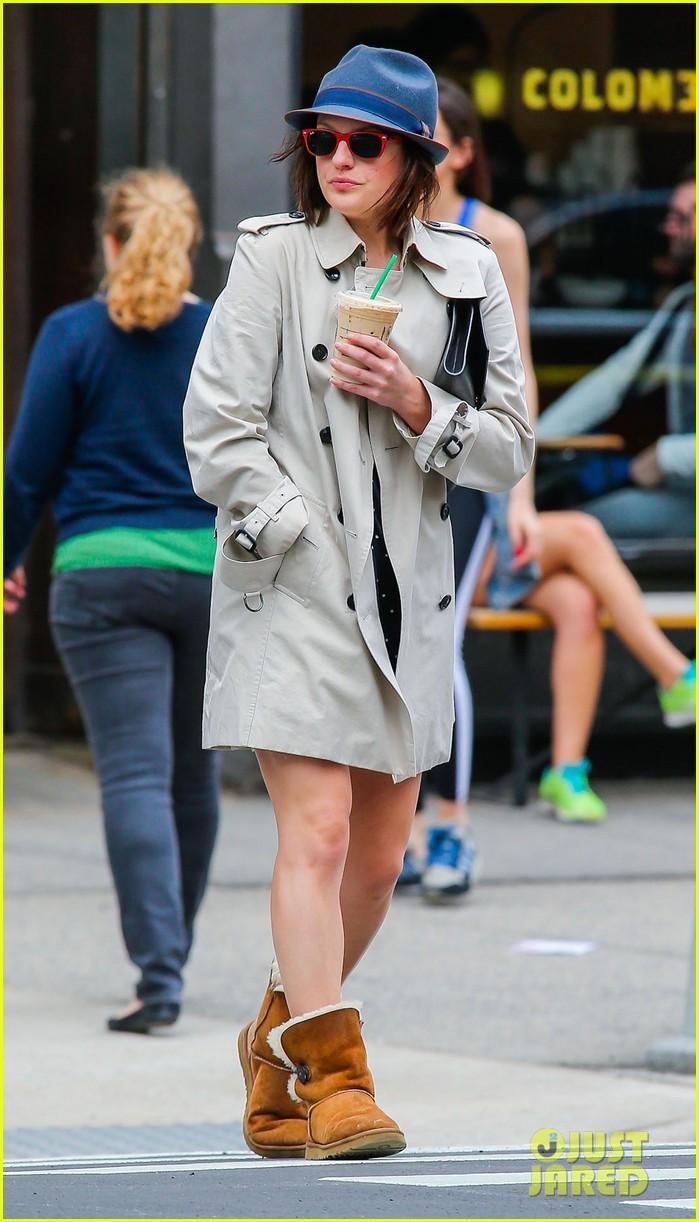 pals co stars jon hamm elisabeth moss grab coffee 18
