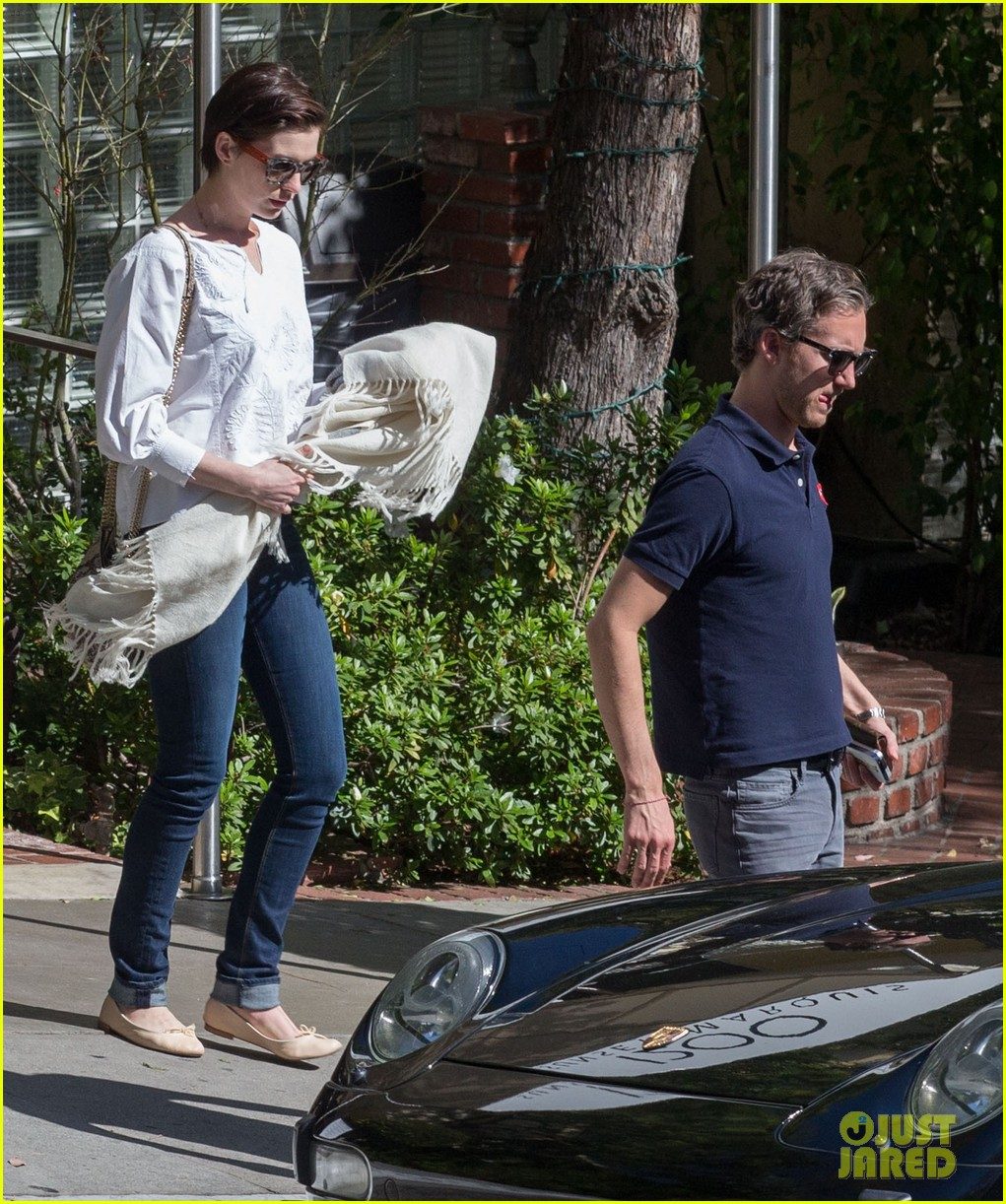 anne hathaway adam shulman embrace after sunday brunch 05