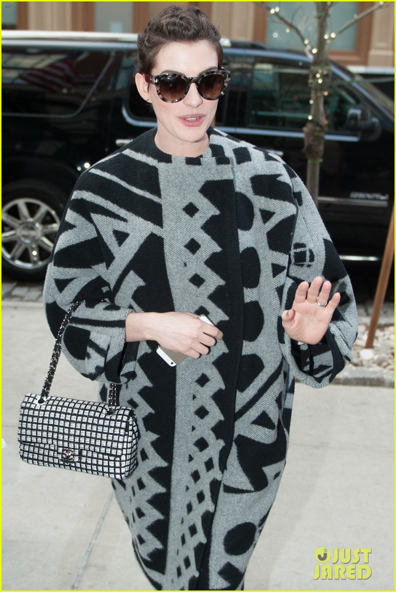 anne hathaway brough a flask to the oscars 033088027