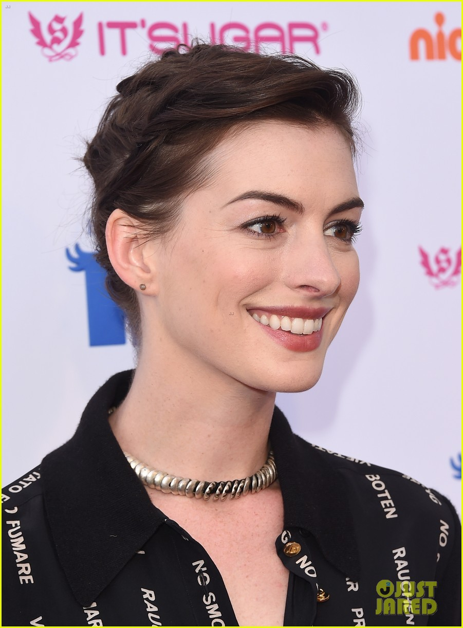 anne hathaway promotes no smoking on the red carpet 04