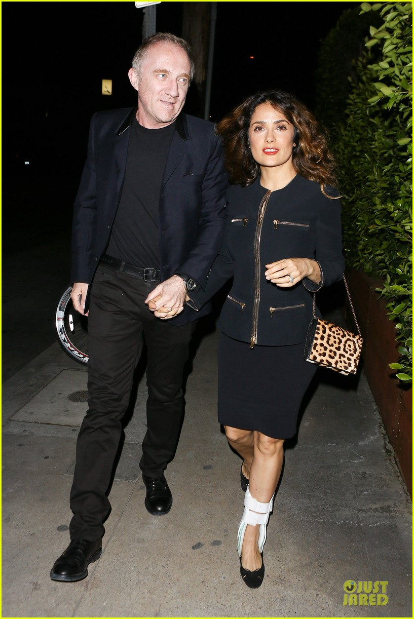 salma hayek can still look classy with ankle brace 01