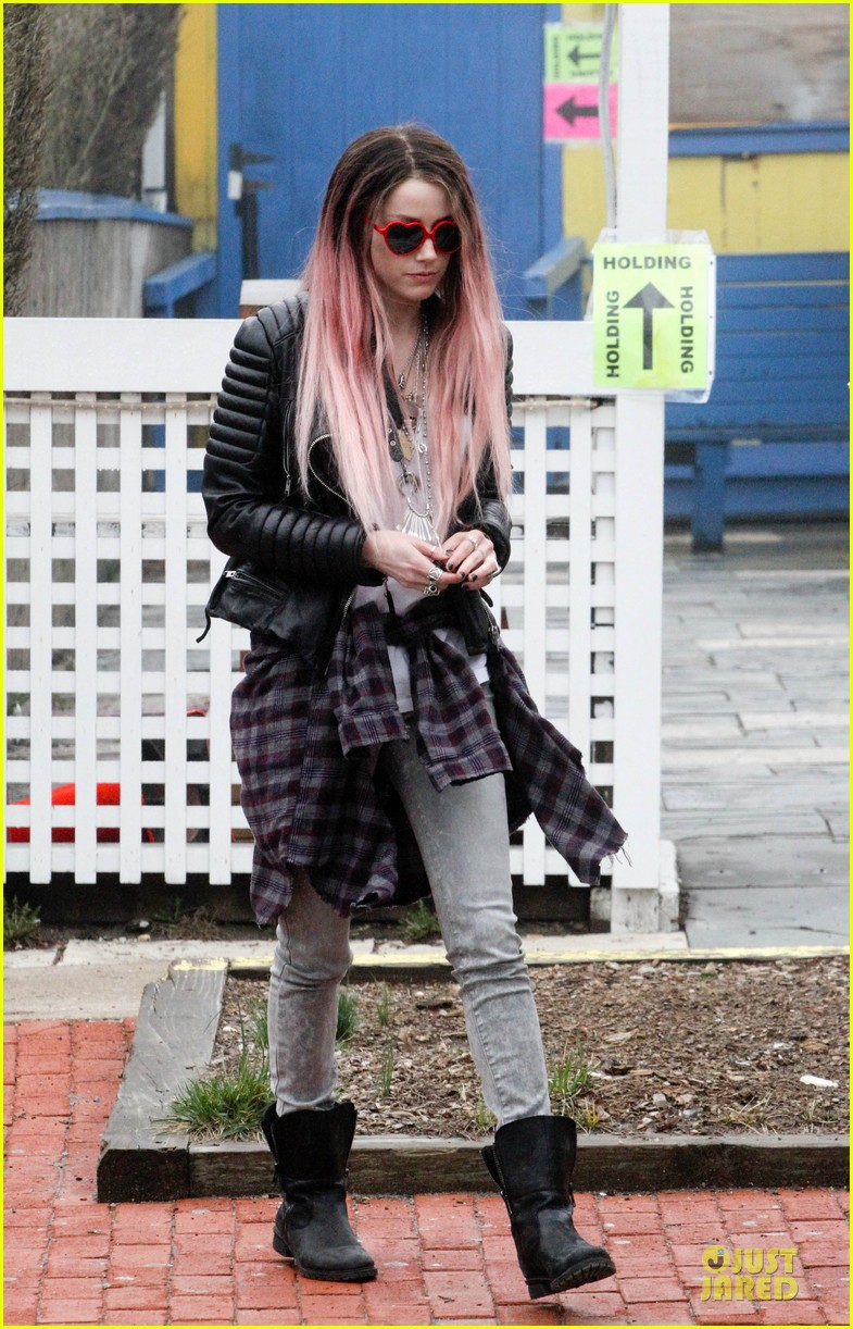amber heard rocks pink wig on new movie 06