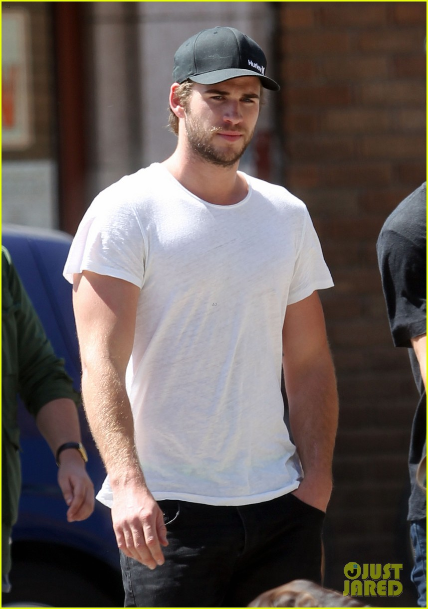 liam hemsworth emerges and he is looking fit 04