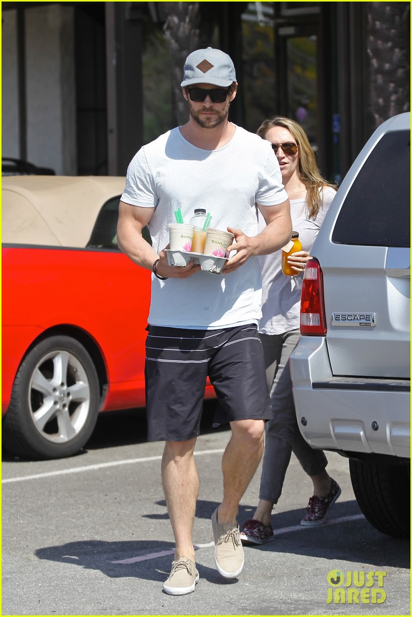 chris hemsworth muscles can barely fit in his shirt 093090996