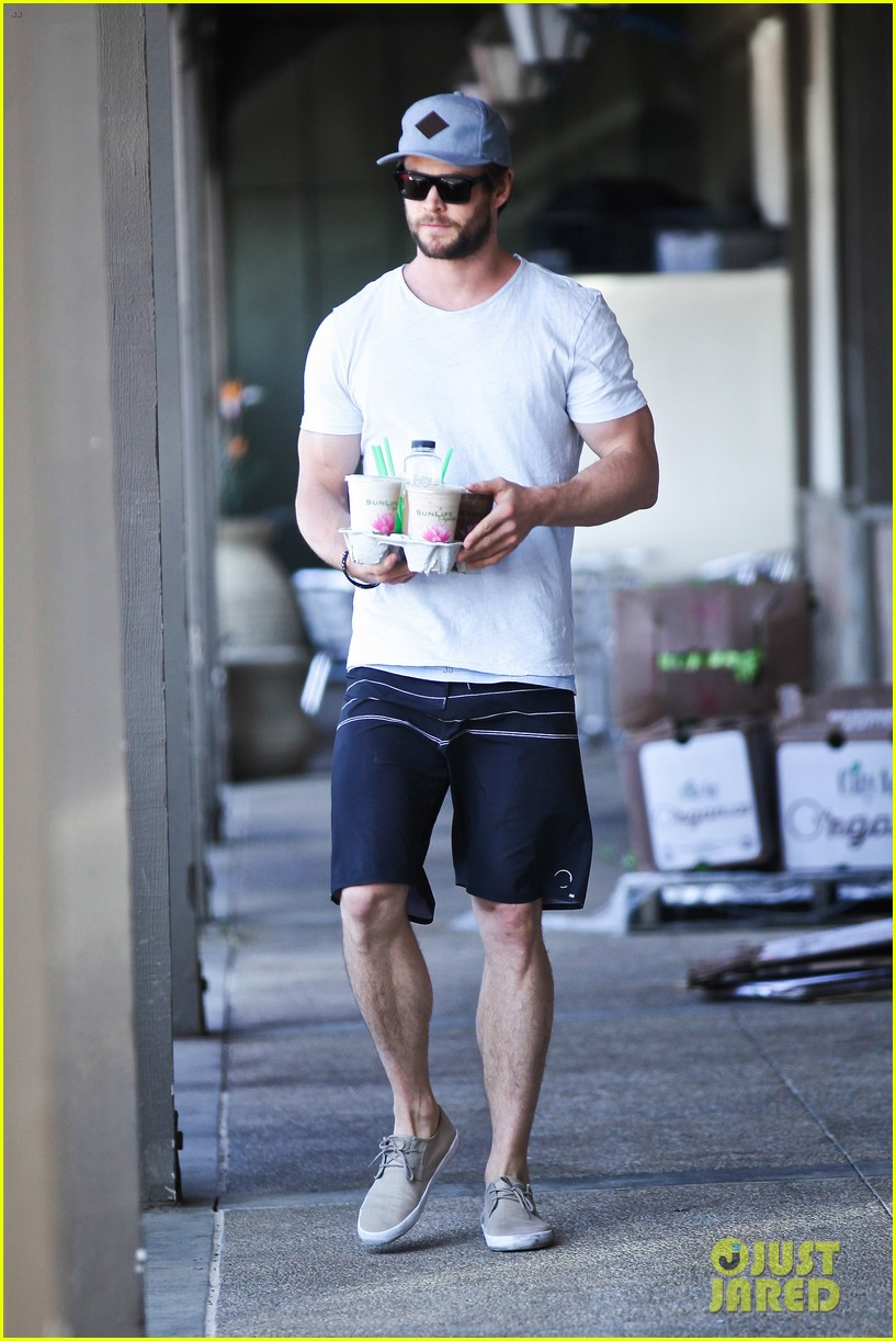 chris hemsworth muscles can barely fit in his shirt 13